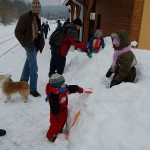 Čekání na vlak bylo vyplněno hrabáním, lezením, vnořováním, přelézáním, vynořováním a sjížděním hromady sněhu na stanici