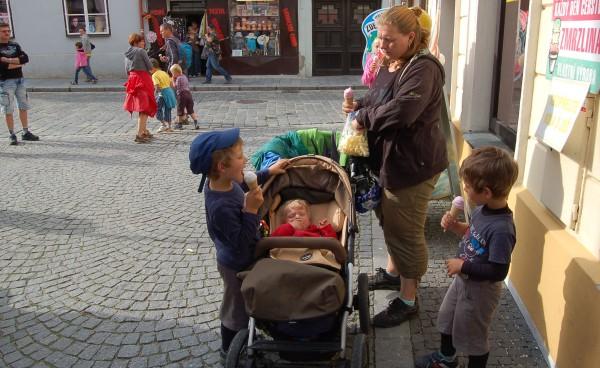 V Třéboni na náměstí mají výbornou zmrzlinu. Chodili jsme tam každý den pod podmínkou, že si kluci každý den dají nějakou jinou. A všechny byly dobrý :-)