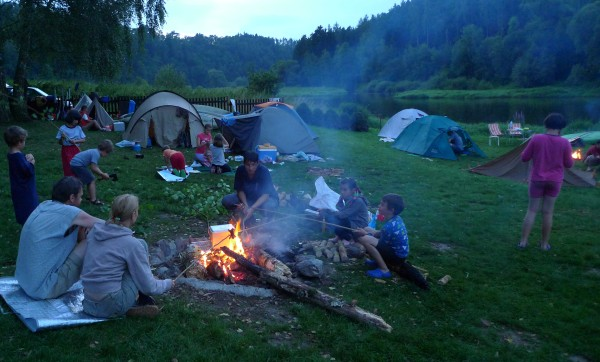 První večerní pohoda u ohně. Kvůli tomu jsme ochotni podstoupit celodenní martyrium balení, plavení, vybalování a tak všelijak podobně :-)