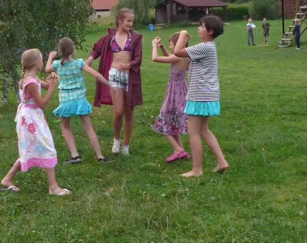 Na poslední večer si holky připravily tradiční vystoupení. Rok od roku to mají lepší a lepší :-)
