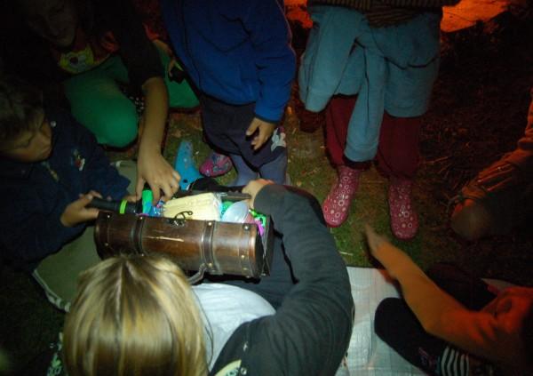 Poslední noc se děti vydaly pro poklad, který se podařilo úspěšně nalézt. A dobroty tam měl i Kubík :-)
