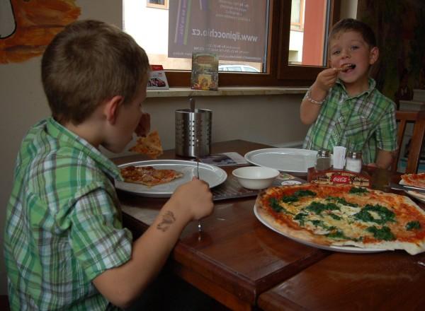 Slavnostní dopoledne jsme zakončili v pizzerii.
